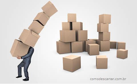 Homem carregando caixas de papelão, como descartar papelão