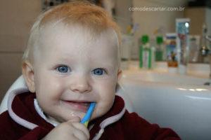 Bebê com escova de dente, como descartar escova de dentes usadas