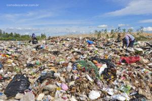 Pilha de lixo no aterro sanitário sacolas plásticas